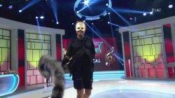 Η είσοδος του Λάκη Γαβαλά ως ...γάτα