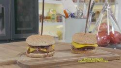 Φυτικό burger με καραμελωμένα κρεμμύδια