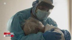 Εικόνα που συγκλονίζει: Γιατρός παρηγορεί στην αγκαλιά του ασθενή κορωνοϊού