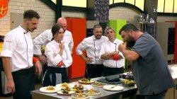Οι κριτές δοκιμάζουν τα πιάτα