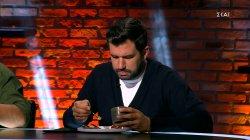 Οι κριτές δοκιμάζουν τα πιάτα, ποιά ομάδα θα κερδίσει;