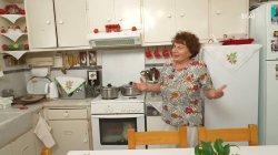 Η κυρία Μαρία η παραδοσιακή μας υποδέχεται και μας εξηγεί το αποψινό μενού