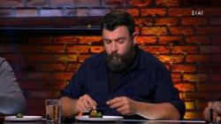 Οι κριτές δοκιμάζουν τα πιάτα της ατομικής δοκιμασίας