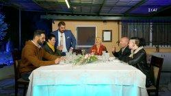 Τραπέζι στην αυλή του Αντώνη και οι καλεσμένοι καταφθάνουν