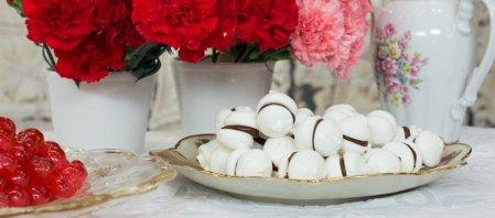 Γλυκές Αλχημείες   Λαχταριστοί μπεζέδες, κορνέ γεμιστά με κρέμα βανίλιας και βουτήματα με βούτυρο