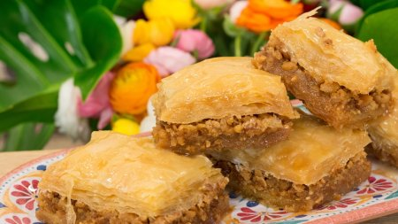 Γλυκές Αλχημείες   Μπακλαβάς, τάρτα με κραμπλ σοκολάτας και ψητό cheesecake με βύσσινα