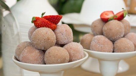 Γλυκές Αλχημείες   Σοκολατένια κέικ, αμυγδαλωτά με γεύση φράουλας, και μαρεγκάκια με ξερά φρούτα