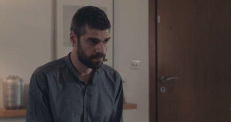 Ο Οδυσσέας πιέζει τον Μιχαήλ να ψάξουν για τον πατέρα τους, αγνοώντας ότι ο Μιχαήλ έχει κρυφή επικοινωνία με τον Μάρκο Καλλέργη