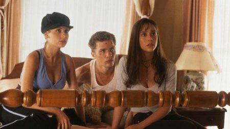 Trailer - Μια παρέα φίλων προσπαθεί να ξεφύγει από τις αναμνήσεις του παρελθόντος