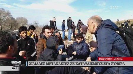 Ο Μανώλης Κωστίδης συνομιλεί με πρόσφυγες και μετανάστες στην Ανδριανούπολη που θέλουν να περάσουν τα σύνορα