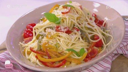Ο Αλέξανδρος Παπανδρέου μαγειρεύει μακαρόνια με πολύχρωμες πιπεριές και φρέσκα μυρωδικά