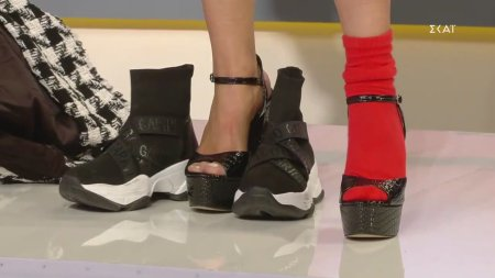 Η Έλενα Χριστοπούλου δίνει τα παπούτσια της στη Χριστίνα