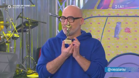 Ο Νίκος Μουτσινάς παραλαμβάνει το βραβείο
