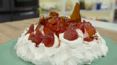 Πάβλοβα με κρέμα & φράουλες