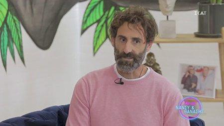 Ο Γιώργος Κοψιδάς στον καναπέ του  Dot.