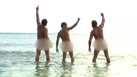 Γυμνή η Μπλε Ομάδα στην παραλία