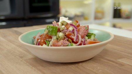 Vegan χωριάτικη σαλάτα με παξιμάδι