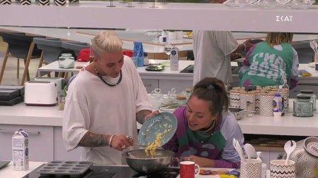 Ευδοκία και Παναγιώτης μαγειρεύουν υπό το βλέμμα των υπόλοιπων παικτών