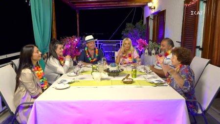 Τραπέζι με θέα στο σπίτι Νικόλα και οι καλεσμένοι καταφθάνουν