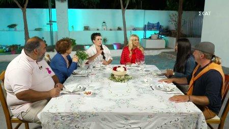 Τραπέζι στην αυλή η Δήμητρα και οι καλεσμένοι καταφθάνουν