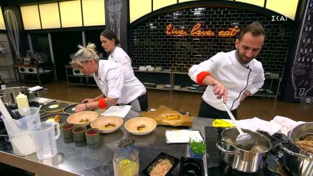 Οι ομάδες μαγειρεύουν τα πιάτα τους