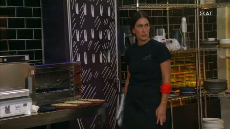 Η Μαρίνα ξέχασε να βάλει τα πιάτα της στον πάγκο