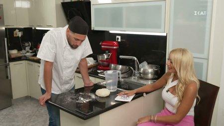 Την μητέρα του πήρε τηλέφωνο ο Κώστας για συμβουλές στο άνοιγμα της πίτας