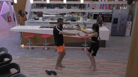 Μαθήματα χορού σούστας από τον Κώστα στην Έλενα