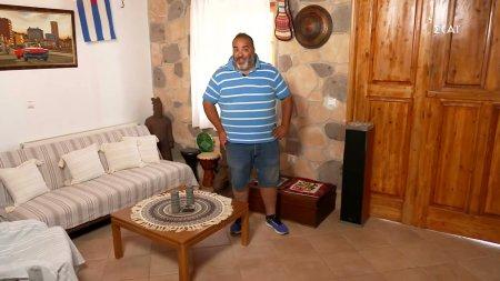 Ο Παναγιώτης μας υποδέχεται στο σπίτι ενός φίλου του και μας αποκαλύπτει το μενού που θα ετοιμάσει